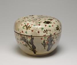 1.初代清風與平「色絵桜花文蓋物」、江戸時代後期(1828-57)、高10.5 cm、最大径 13.8 cm、高台径 6.3 cm、個人蔵