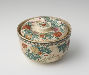 3: 六代錦光山宗兵衛《色絵草花文蓋付鉢》、明治前期、個人蔵