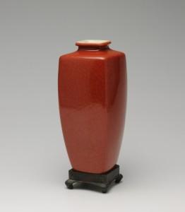 9.三代清風與平《珊瑚釉小花瓶》個人蔵