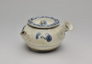 初代清風與平《染付煎茶文急須》江戸時代後期 而中文庫蔵